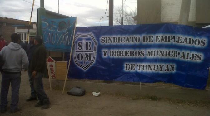 Municipales de Tunuyán hacen paro y cortan una calle por descuentos salariales